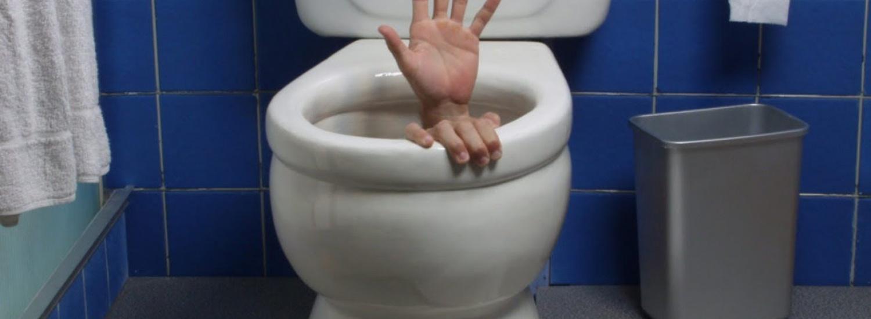 У мережі показали ілюзію з підвішеним у повітрі громадським туалетом (ВІДЕО)