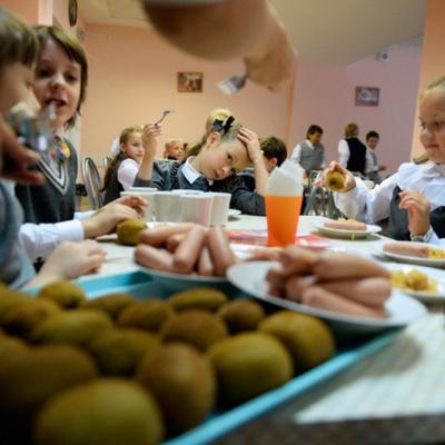 Стандарти харчування малюків: 12 шкільних обідів дітей з різних країн