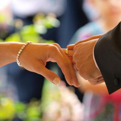 В іронічному запрошенні на весілля гостям заборонили надягати маски