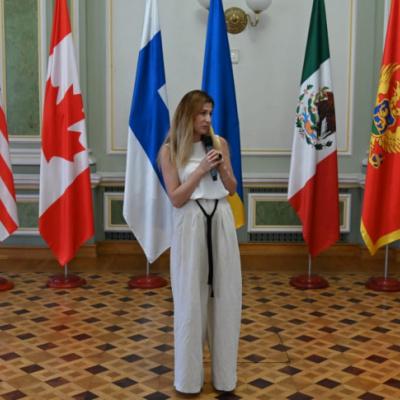 Еміне Джапарова познайомила керівниць іноземних посольств із унікальним кримськотатарським національним орнаментом Орьнек