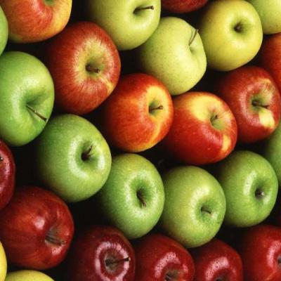 Стоматолог попередив про небезпеку яблук для зубів