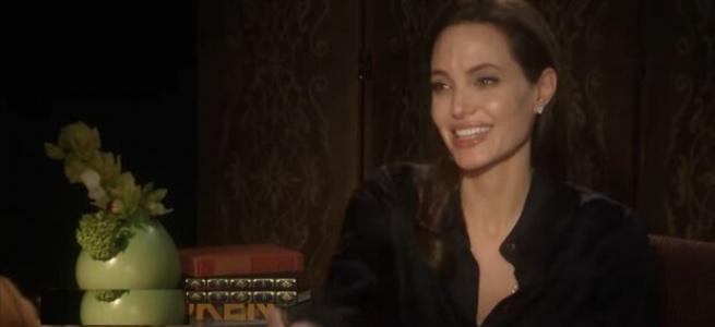 Спокуслива та жіночна: Анджеліна Джолі показала новий образ в наряді без бретелей (фото)