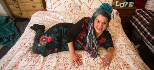 Заміж за ковдру: британська художниця завела роман з постільною приналежністю