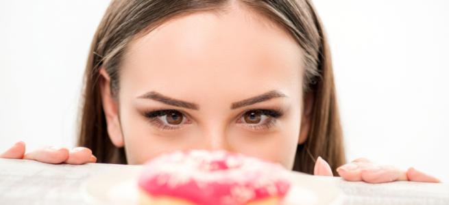 Не контролюєте себе під час їжі: експерт розповіла як менше їсти та позбавитись відчуття голоду