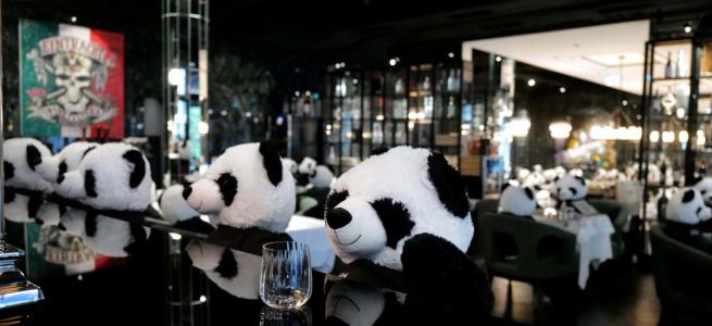 Один із ресторанів Франкфурта заполонили сотні мімімішних панд (ВІДЕО)