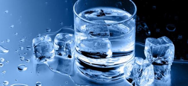 Дієтологи розповіли як холодна вода впливає на вашу вагу