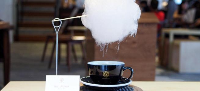 В одному з кафе Шанхая вигадали неймовірну подачу кави з цукровою ватою
