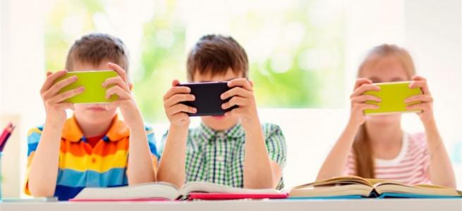 В Україні можуть заборонити користуватися смартфонами в школах